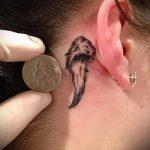 Flügel Tattoo hinter dem Ohr - Fotos von fertigen Tätowierungen Optionen 2