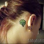 Klee Tattoo hinter dem Ohr - Fotos von fertigen Tätowierungen Optionen 1