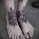 Rose Tattoo auf ihrem Knöchel - großes Foto des fertigen Tätowierung 2