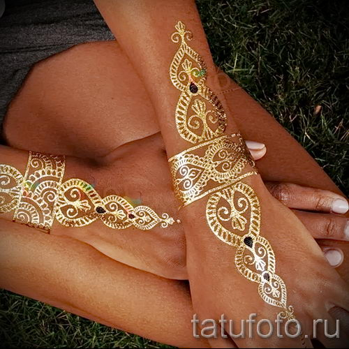 Узор золотом на руке