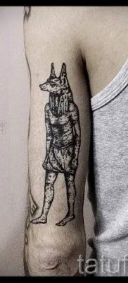 тату анубис на руке – фото татуировки для статьи про значение 4
