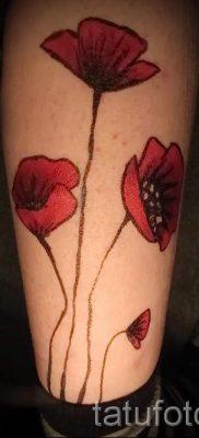 тату мак на ноге – фото для статьи про значение татуировки 1