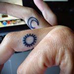 тату солнце на пальце - фото классной готовой татуировки от 14072016 1