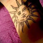 интересный вариант с готовой тату солнце - фото