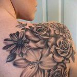 Lilie Tätowierung auf ihrer Schulter - Foto Beispiel der Tätowierung 13072016 3