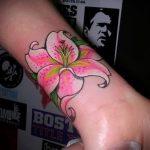 Lilie Tattoo auf dem Arm - eine Tätowierung des Foto Beispiel 13072016 2
