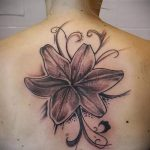 Lilie Tattoo auf dem Rücken - Foto Beispiel der Tätowierung 13072016 2