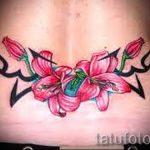 Lilie Tattoo auf dem unteren Rücken - Foto Beispiel der Tätowierung 13072016 1