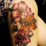 Lilie Tattoo auf ihrer Seite - Foto Beispiel der Tätowierung 13072016 1
