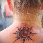 Sonne Tätowierung auf seinem Hals - ein kühles Foto des fertigen Tätowierung 14072016 1