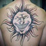 Sonne Tattoo auf seinem Rücken - ein kühles Foto des fertigen Tätowierung 14072016 2