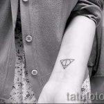 Triangle tatouage sur le poignet - exemple photo d'un tatouage frais sur 14072016 2