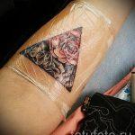 fleurs dans un tatouage triangle - exemple photo d'un tatouage frais sur 14072016 2