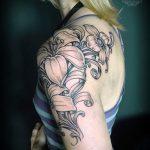 lily tatouage sur son épaule - exemple photo du tatouage 13072016 1
