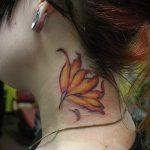lily tatouage sur son cou - exemple photo du tatouage 13072016 3