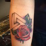 tatouage triangle avec des roses - Photo exemple d'un tatouage frais sur 14072016 1