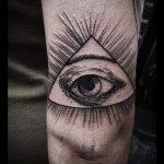 tatouage triangle avec un oeil - exemple photo d'un tatouage frais sur 14072016 2