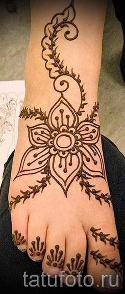 Цветы на ноге мехенди