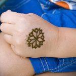 мехенди на руке ребенку - фото временной тату хной 5411 tatufoto.ru