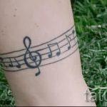 тату ноты на ноге - фото готовой татуировки от 02082016 4155 tatufoto.ru