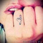 тату ноты на пальце - фото готовой татуировки от 02082016 3164 tatufoto.ru