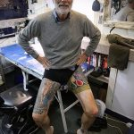 Старик с классными татуировками - фото