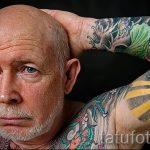 прикольный дед с цветными татуировками - фото