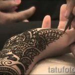 Malerei mehendi an den Händen - Foto temporäre Henna-Tattoo 1010 tatufoto.ru