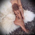 Mehendi sur sa jambe sous la forme d'un bracelet - options pour tatouage au henné temporaire sur 05082016 1093 tatufoto.ru