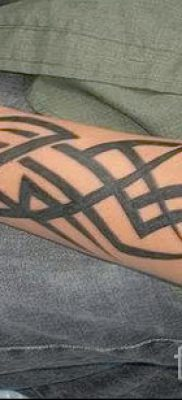 Photo – tribal tattoo on his forearm – an example for an article about the importance of 1028 tatufoto.ru