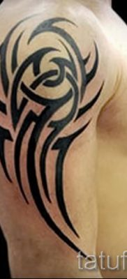 Photo – tribal tattoo on shoulder men – an example for an article about the importance of 1029 tatufoto.ru