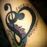 Tattoo-Noten Violinschlüssel - Fotos des fertigen Tätowierung auf 02082016 1069 tatufoto.ru