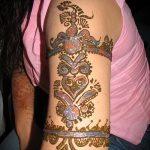 belle mehendi sur son bras - une photo de tatouage au henné temporaire 1004 tatufoto.ru
