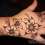 inscriptions mehendi sur la main - photo temporaire tatouage au henné 1009 tatufoto.ru