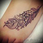 mehendi Feder auf seinem Bein - die Möglichkeiten der temporären Henna-Tattoo auf 05082016 2064 tatufoto.ru
