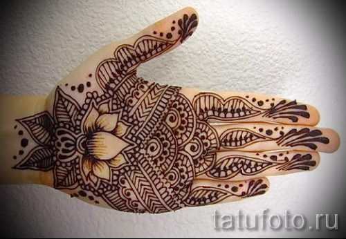 mehendi auf der hand lotus eine tempor re henna tattoo. Black Bedroom Furniture Sets. Home Design Ideas