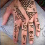mehendi auf einer Hand Männer - eine temporäre Henna-Tattoo Foto 1047 tatufoto.ru