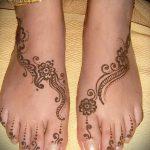 mehendi auf ihrem Bein ein wenig - Optionen für temporäre Henna-Tattoo auf 05082016 1040 tatufoto.ru