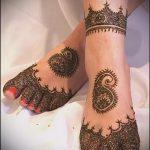 mehendi auf ihrem Bein in Form eines Armbandes - Optionen für temporäre Henna-Tattoo auf 05082016 2045 tatufoto.ru
