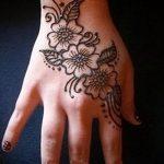 mehendi auf ihrer Hand Blume - Foto temporäre Henna-Tattoo 1067 tatufoto.ru