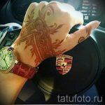 mehendi auf ihrer Hand die Krone - eine temporäre Henna-Tattoo Foto 1068 tatufoto.ru