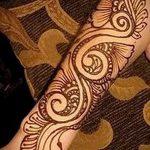 mehendi douce sur son bras - une photo de tatouage au henné temporaire 1071 tatufoto.ru