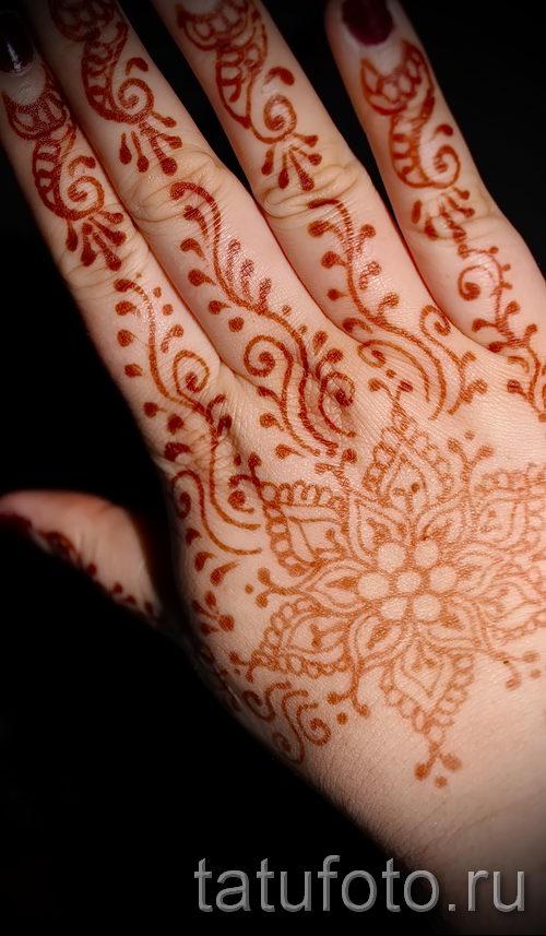 mehendi peinture sur les mains photo temporaire tatouage au henn 1141. Black Bedroom Furniture Sets. Home Design Ideas