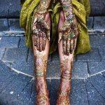 mehendi sur sa main et le pied - une photo de tatouage au henné temporaire 1159 tatufoto.ru