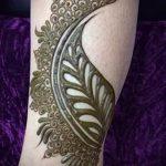 mehendi sur une plume d'oiseau de la main - photo temporaire tatouage au henné 1181 tatufoto.ru