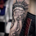 крутая татуировка на руку со статуей свободы