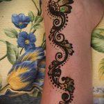 schöne mehendi auf ihrem Arm - eine temporäre Henna-Tattoo Foto 2200 tatufoto.ru