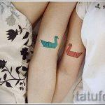 tatu-dva-lebedya-foto-primer-gotovoj-tatuirovki-6043-tatufoto-ru