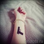 тату пистолет на запястье - фото готовой татуировки 01092016 3099 tatufoto.ru