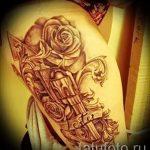 тату пистолет на ляшке - фото готовой татуировки 01092016 1103 tatufoto.ru